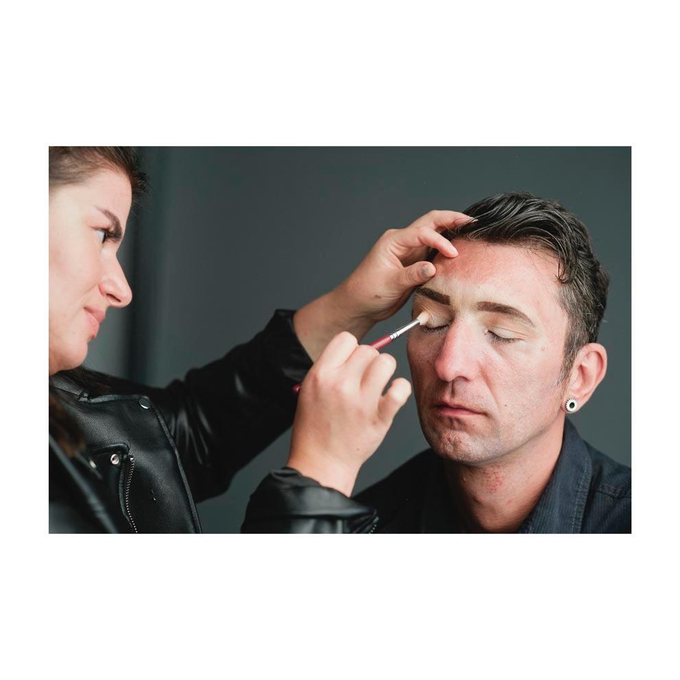 ein Mann wird geschminkt